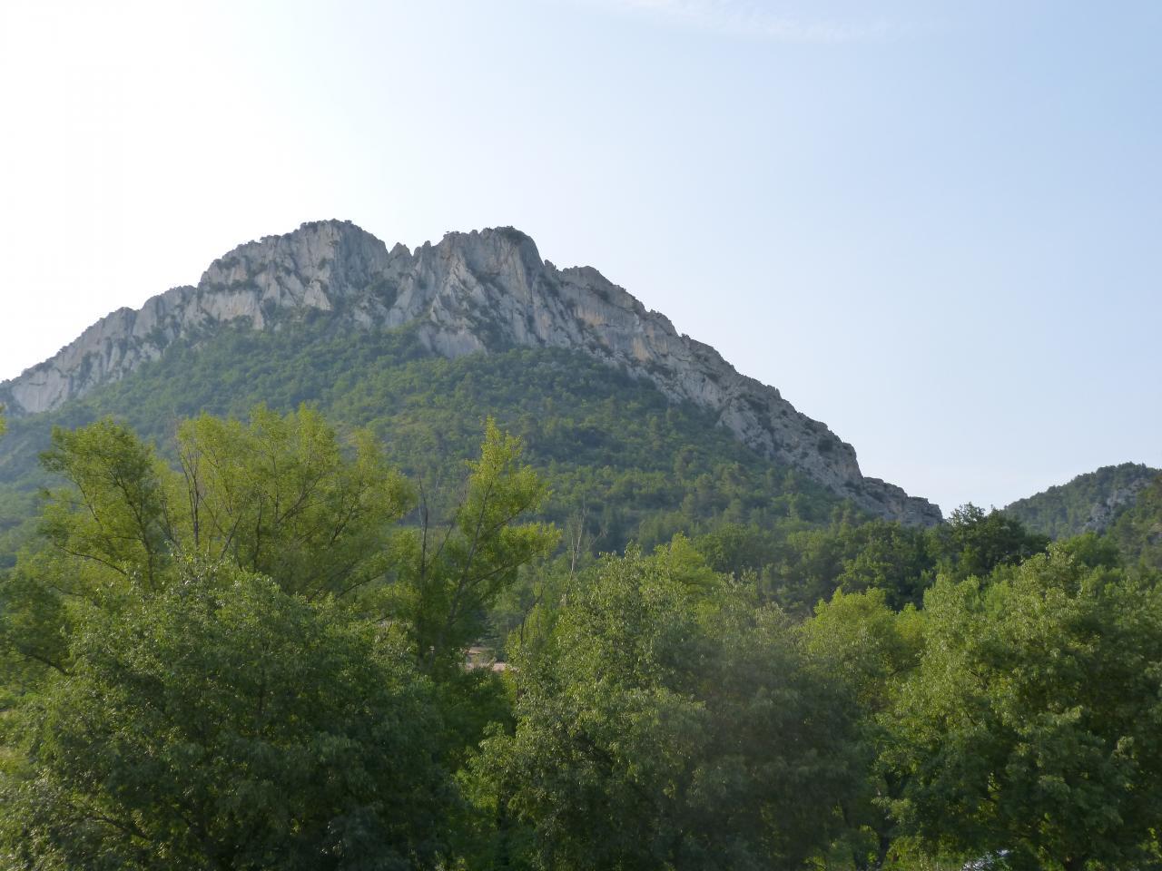 le site de la nouvelle via ferrata de Buis les Baronies - le rocher principal à gauche, la via école sur la droite