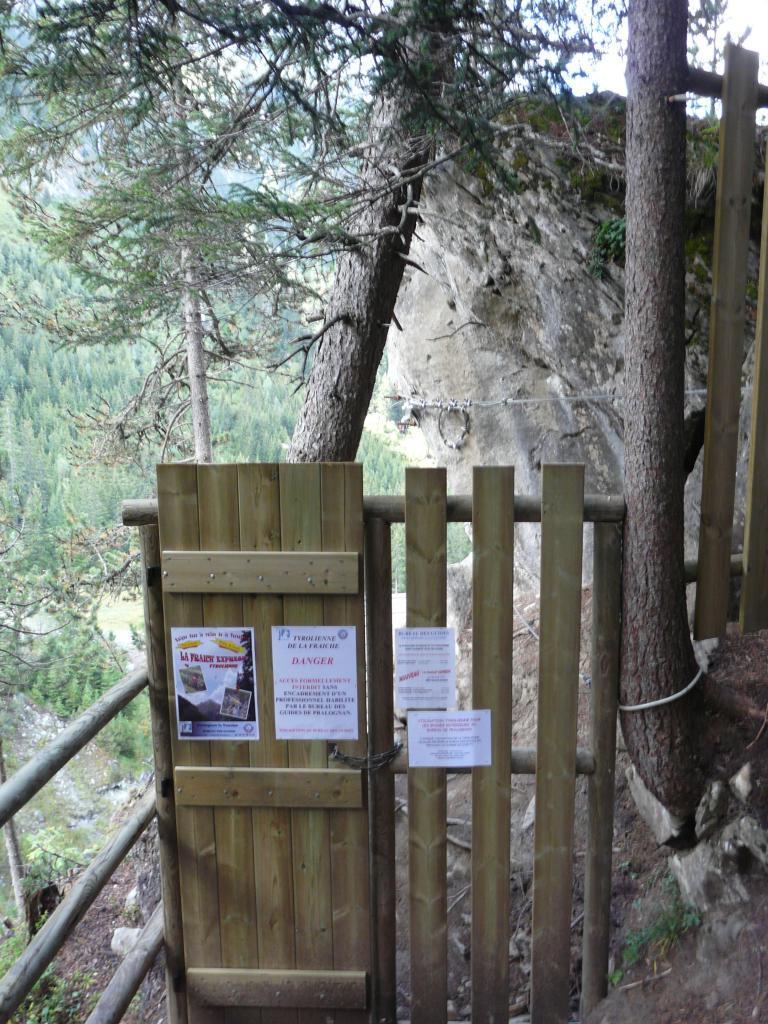 le départ de la tyrolienne (privée-guides) depuis le haut de la via ferrata