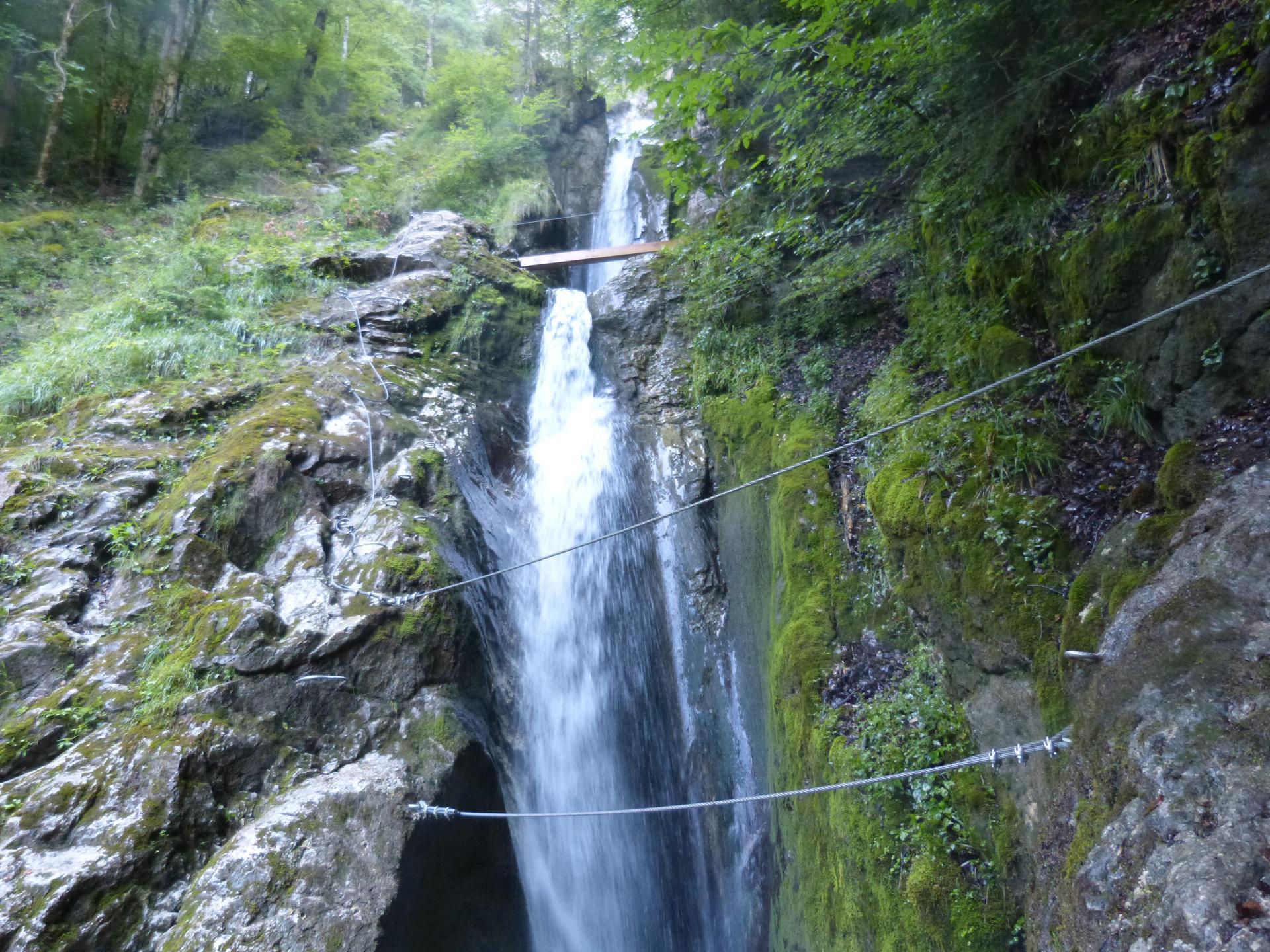 Un premier pont de singe à la via de la cascade des Nants à bellevaux