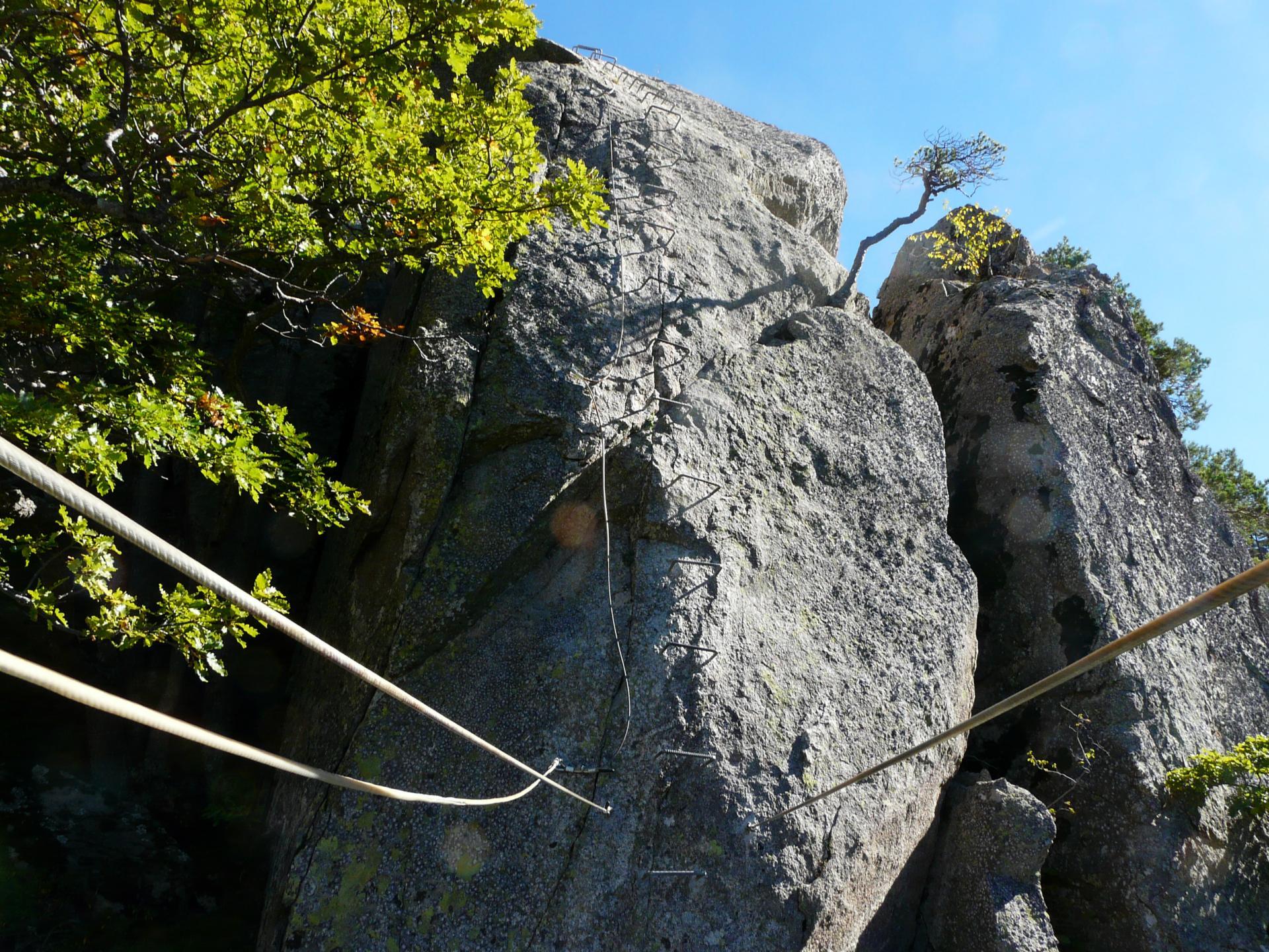 La suite au dessus du pont de singe dans le roc d' Esquers