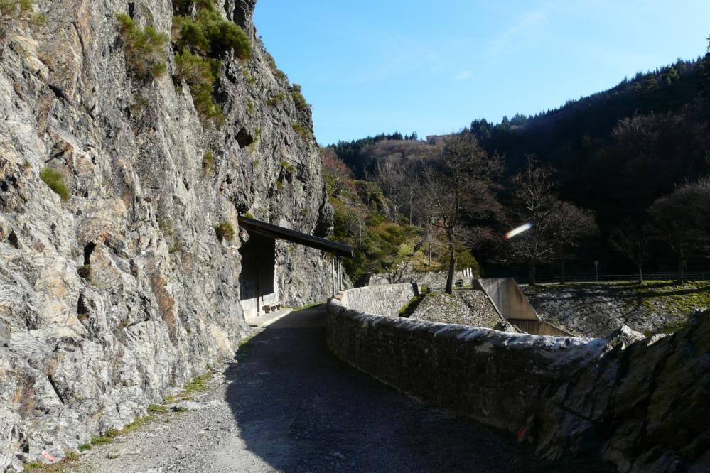 Un chemin fait le tour du lac (aujourd'hui asséché ?)