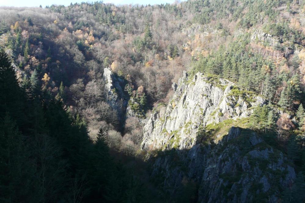 le site de la via ferrata de Planfoy vu depuis le barrage