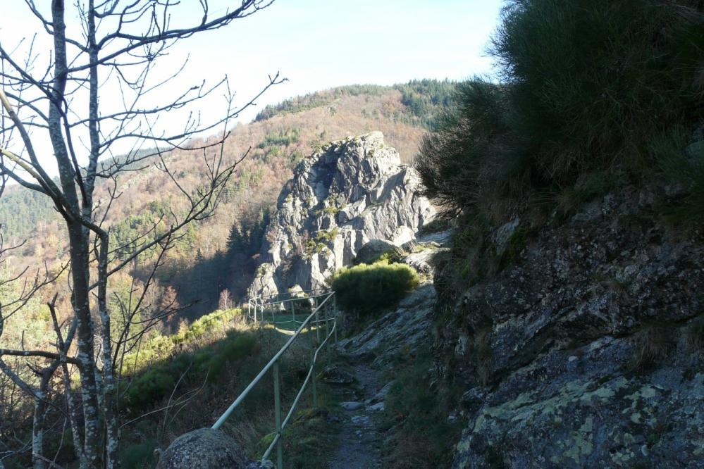 un aperçu du sentier en balcon qui s' accède depuis le barrage