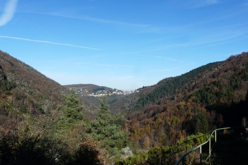 le village de Rochetaillée vu depuis le barrage de Planfoy