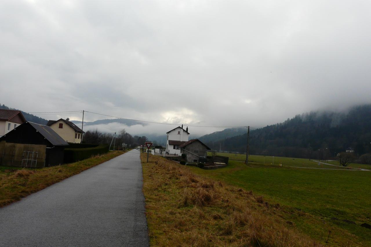la piste à hauteur de l' ancienne gare de Dommartin les Remirmont