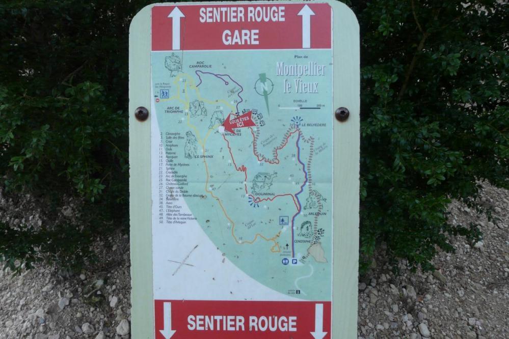 les panneaux de situation situés à différents endroits pour se repérer ( chaos de Montpellier le vieux)