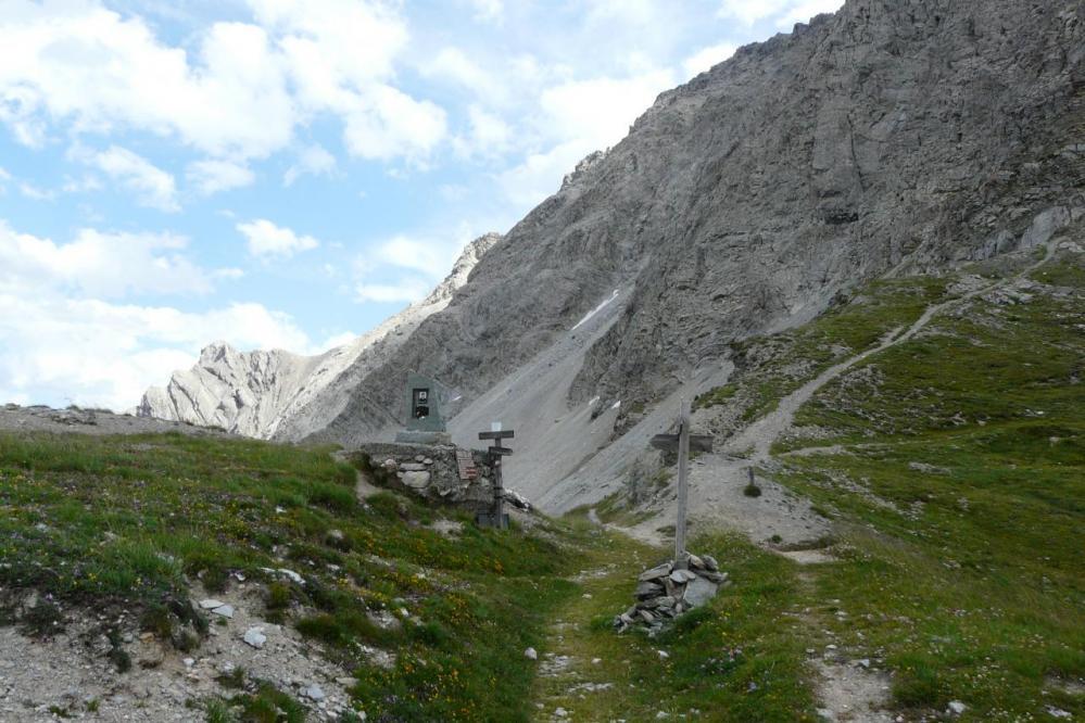 pas de la mulatera au pied de la pointe de Charra et sentier de départ de la via ferrata