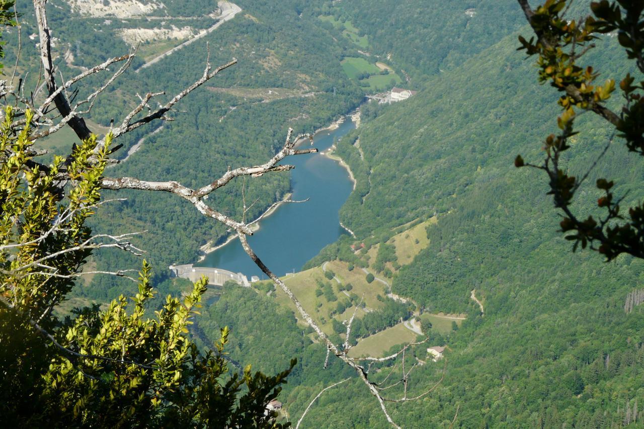 un lac au fond de la vallée