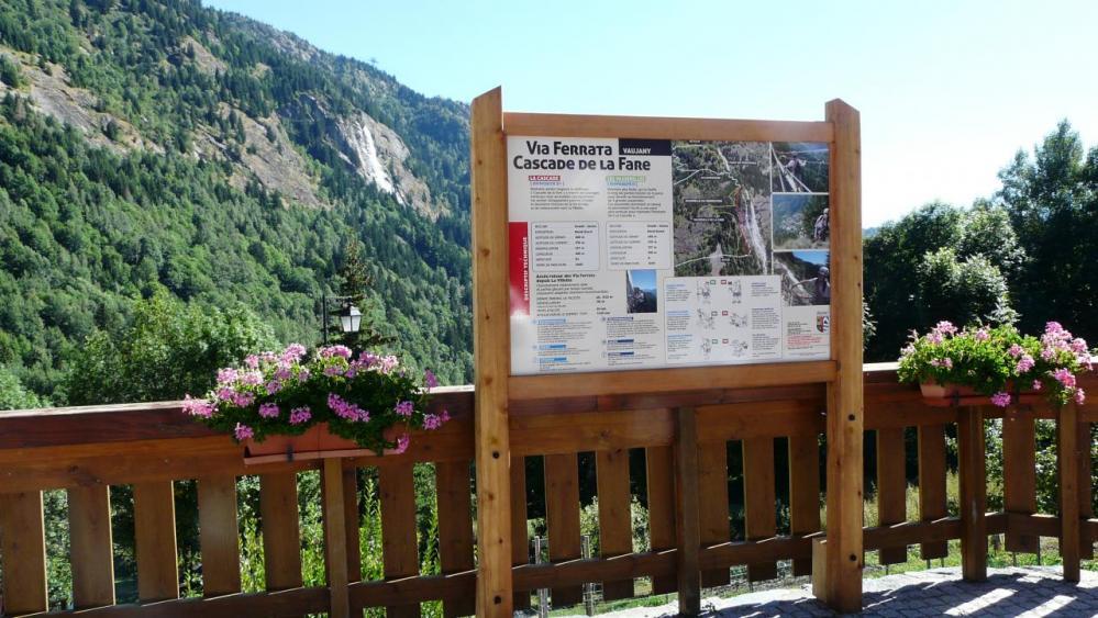 Panneau d'info de la via sur fond de cascade de la Fare !