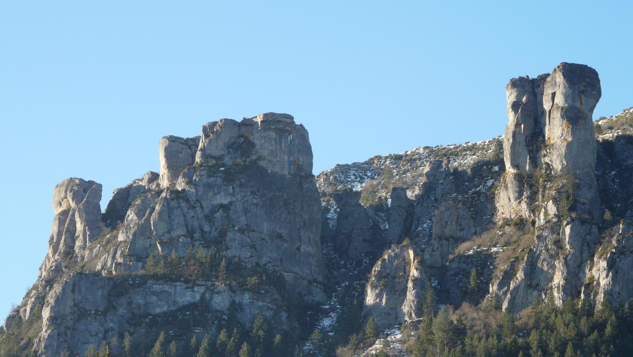 le site de la via ferrata de Florac vu depuis le parking camping car de Florac (photo prise en hiver)