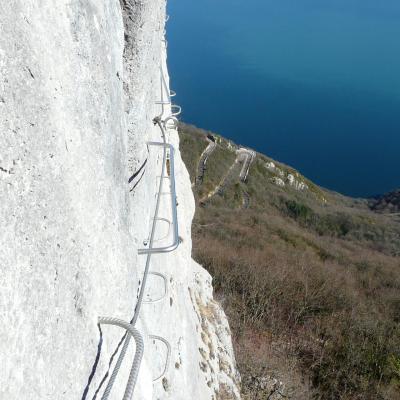 Via du rocher du Cornillon, traversée en face sud avec le lac dans son dos